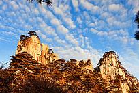 蓝天下一朵朵白云在山峰上漂移