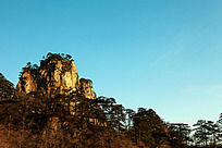 山峰在蓝天下格外雄伟