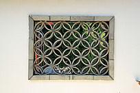 瓦片垒成的中式窗花图案