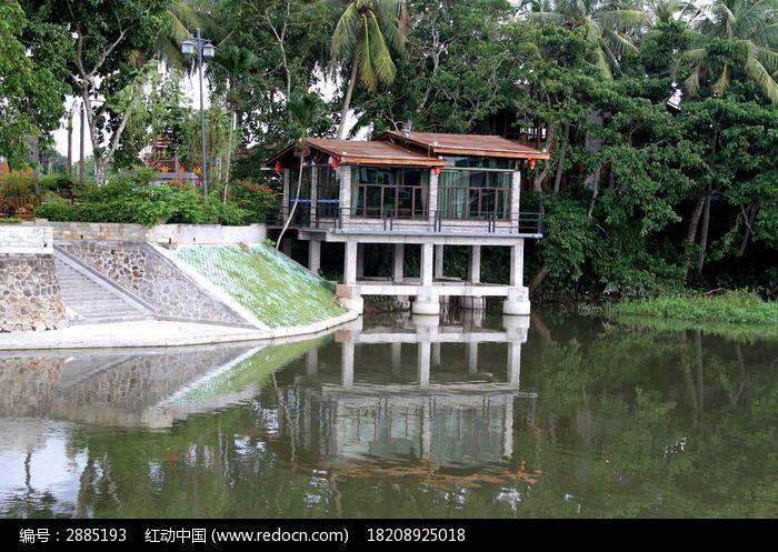 小房子与河中的倒影图片