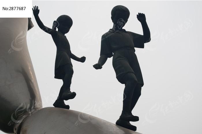小男孩和小女孩雕像图片