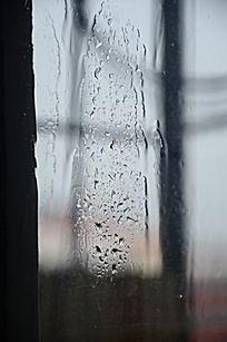 下雨时的玻璃窗户