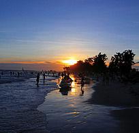 夕阳下的海滩边