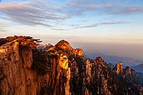 阳光洒在山峰上