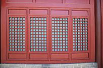 园林建筑上的红色中式古典镂空门窗