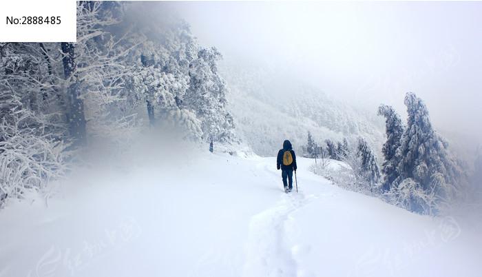 大雪后下山的人高清图片下载_红动网