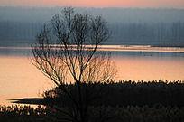晚霞照耀下的白墙水库风景