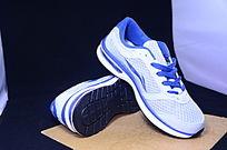 一双李宁蓝白色慢跑鞋