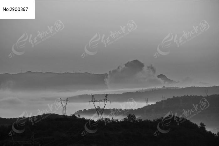 黑白色电塔和云海图片