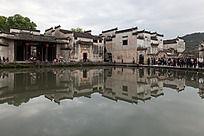 围绕月沼的建筑民居