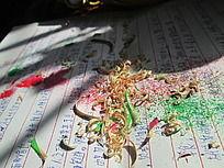 阳光下稿纸上的彩色铅笔屑