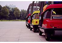 公园里的小型彩色游览观光车