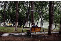 公园里坐在摇篮上的爷孙二人