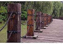 湖面上的木质铁链桥梁