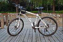 弥河木栈道上的美利达自行车