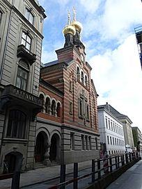蓝天白云下红墙金顶教堂