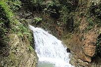 山谷湍急水流