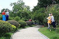 象山公园爱情岛路边对视的两对情侣花灯