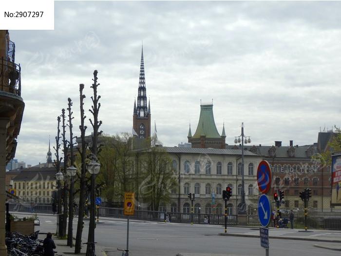 西方街道与欧式尖顶建筑图片