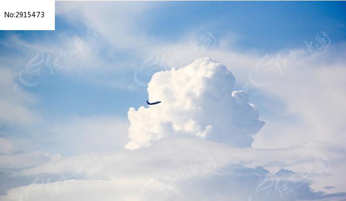 穿越云彩的飞机图片,高清大图