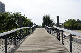 广场里的一座木板桥