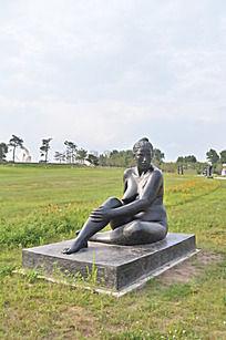 裸体老妇人塑像