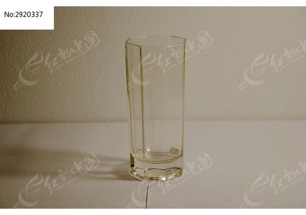摆放在白色桌面上的玻璃透明水杯图片素材下载