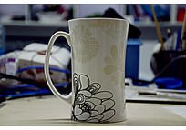 灰白色陶瓷花纹杯子