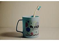 蓝色杯子和牙刷