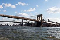 蓝天白云下的曼哈顿大桥