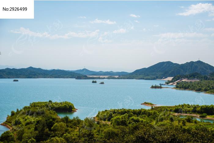 蓝天白云远山和密云水库里的小岛图片