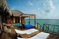 马尔代夫Coco岛水上别墅面向大海的两张躺椅视野极其开阔