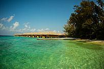 马尔代夫Coco岛延伸到海洋中的一排水屋