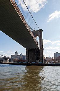 曼哈顿大桥的一端桥墩