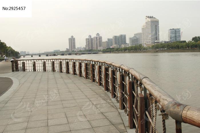 宁波甬江边的人行道木制护栏图片高清图片