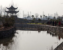 黟县屏山一个亭子矗立在小溪的旁边