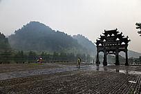 雨雾中的西递牌楼