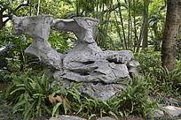 烈士陵园里树荫下的假石景观
