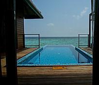 马尔代夫Coco岛水上别墅私人游泳池紧靠着大海