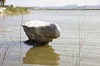 水中有一块大石头