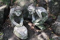 正在磨铁的两个小孩雕塑