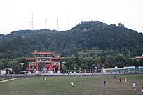 双凤公园前踢足球的人