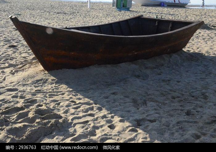 停在沙滩的木船渔船图片