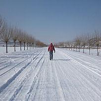 雪地里行走的人