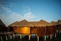 朝阳下的马尔代夫Coco岛水上别墅