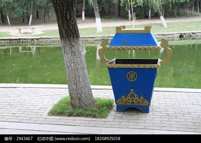 树旁特色的垃圾桶
