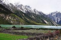 西藏高原雪山下的湖泊田园