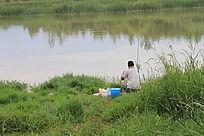 正在钓鱼的人