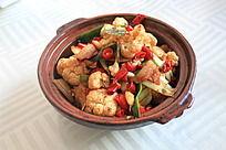 砂锅里装着的炒花菜