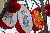 过年庙会上的传统年画灯笼